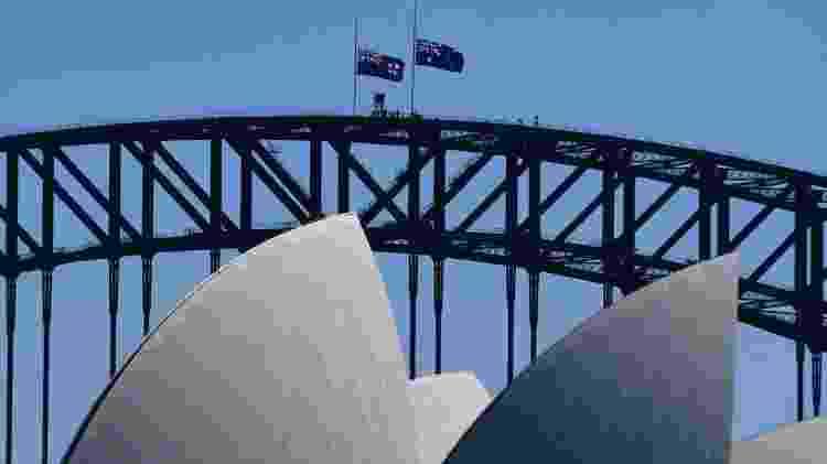Bandeiras australianas foram hasteadas a meio mastro na Ponte da Baía de Sydney em homenagem ao duque - Reuters - Reuters