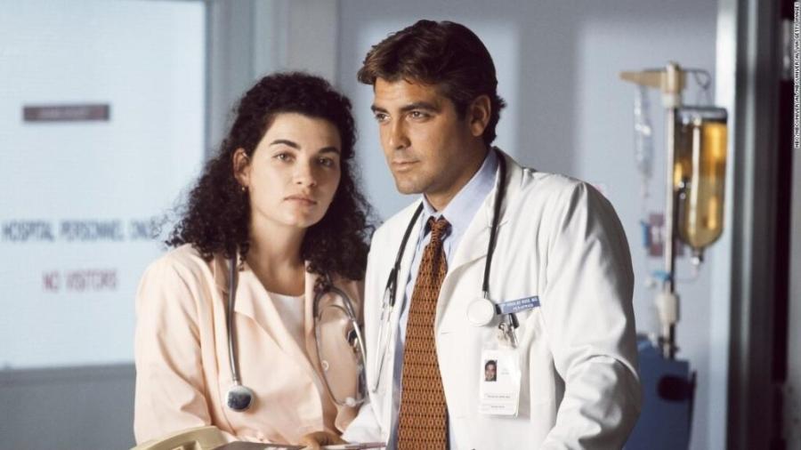 """Julianna Margulies e George Clooney na série """"E.R."""" (""""Plantão Médico"""")  - Reprodução"""