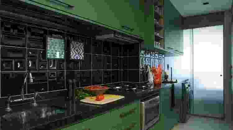 esta cozinha, o azulejo preto desenhado exala elegância e acompanha a tonalidade da bancada, dividindo o protagonismo para a marcenaria colorida - Luis Gomes - Luis Gomes