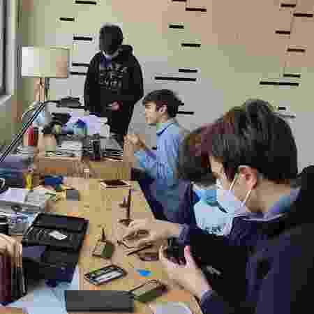 Tiberio e seu grupo consertando os dispositivos que serão doados a estudantes - Arquivo pessoal - Arquivo pessoal