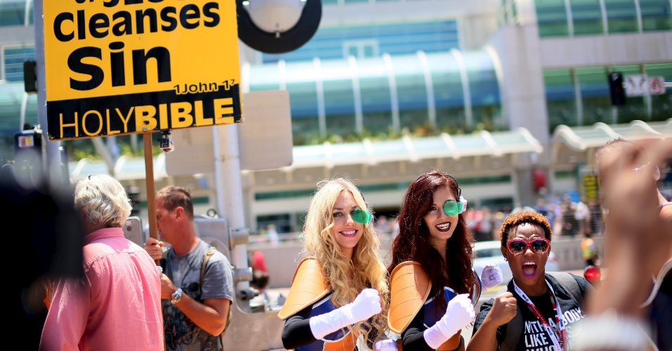 9.jul.2015 - Cosplayers posam para fotos ao lado de um grupo religioso na San Diego Comic-Con, na Califórnia