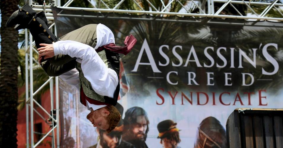 """10.jul.2015 - Um homem faz um salto durante uma apresentação do """"Assassin's Creed Syndicate"""", na Comic-Con"""