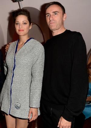 Raf Simmons ao lado da atriz Marion Cotillard em desfile da Dior - AP