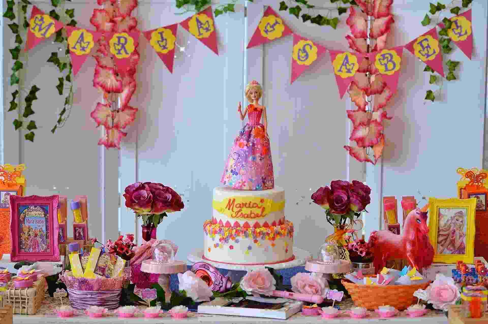"""Maria Isabel escolheu o filme """"Barbie e o Portal Secreto"""", estrelado por sua boneca preferida, para celebrar seus seis anos com a família e os amigos, na cidade de Ubatuba (SP), onde mora. A decoração foi feita por Ana Paula Consolino, da Festejar (www.facebook.com/festejarubatuba). Nesta foto, a mesa do bolo - Novaes Neto/Divulgação"""