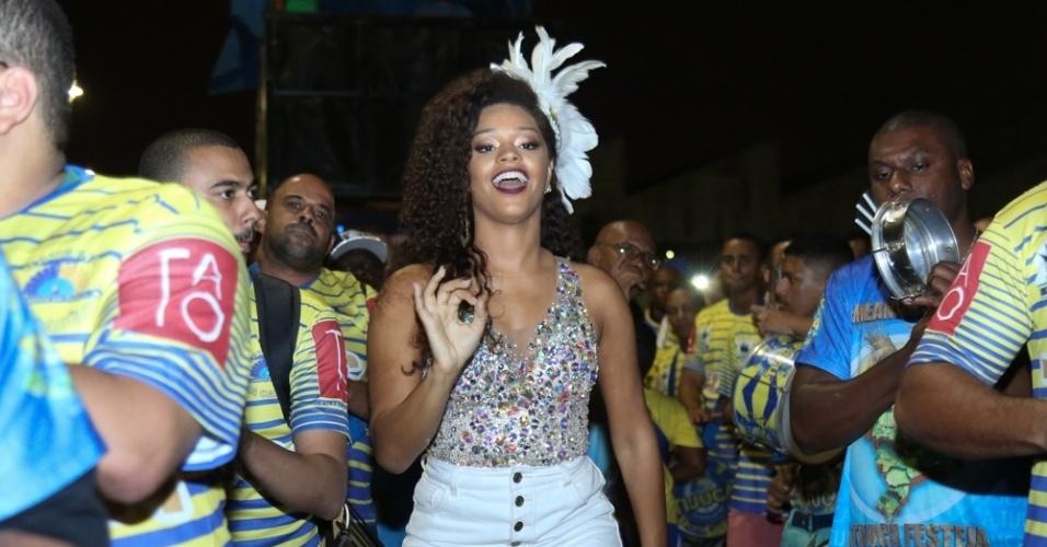 21.jan.2015 - Rainha de bateria, Juliana Alves participa de ensaio de rua da Unidos da Tijuca, no Rio de Janeiro, na noite desta quinta-feira