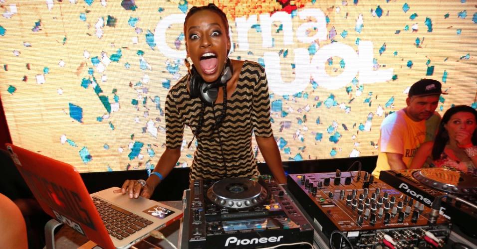 """5.fev2015 - A DJ Pathy Dejesus, ex-repórter do """"Vídeo Show"""", se apresenta no CarnaUOL"""
