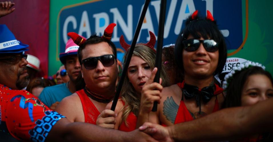 """6.fev.2016 - Foliões se vestem de """"diabinhos"""" no bloco Banda de Ipanema, no Rio"""
