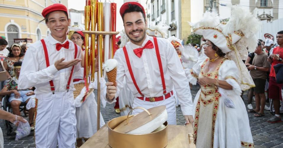 8.fev.2016 - Nas ruas do Recife, o bloco lírico O Bonde brinca com a figura do vendedor de doces antigo