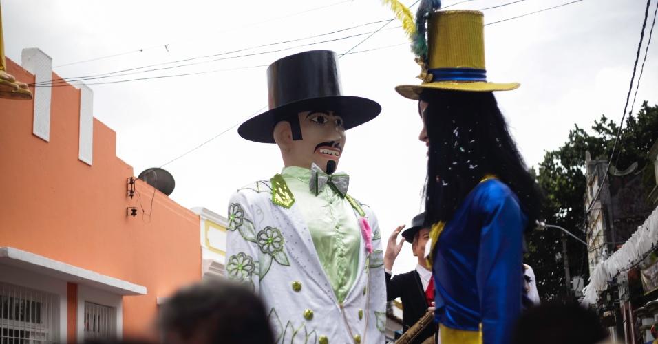 9.fev.2016 - Desfile dos bonecos gigantes arrasta multidão pelas ladeiras de Olinda