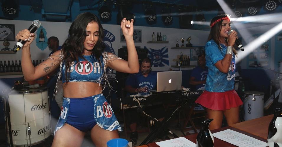 13.fev.2016 - Anitta faz show no camarote da Boa ao lado da banda Vingadora
