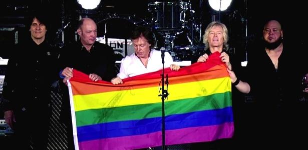 Paul McCartney exibiu bandeira da comunidade LGBT ao fim do show em Berlim na semana passada