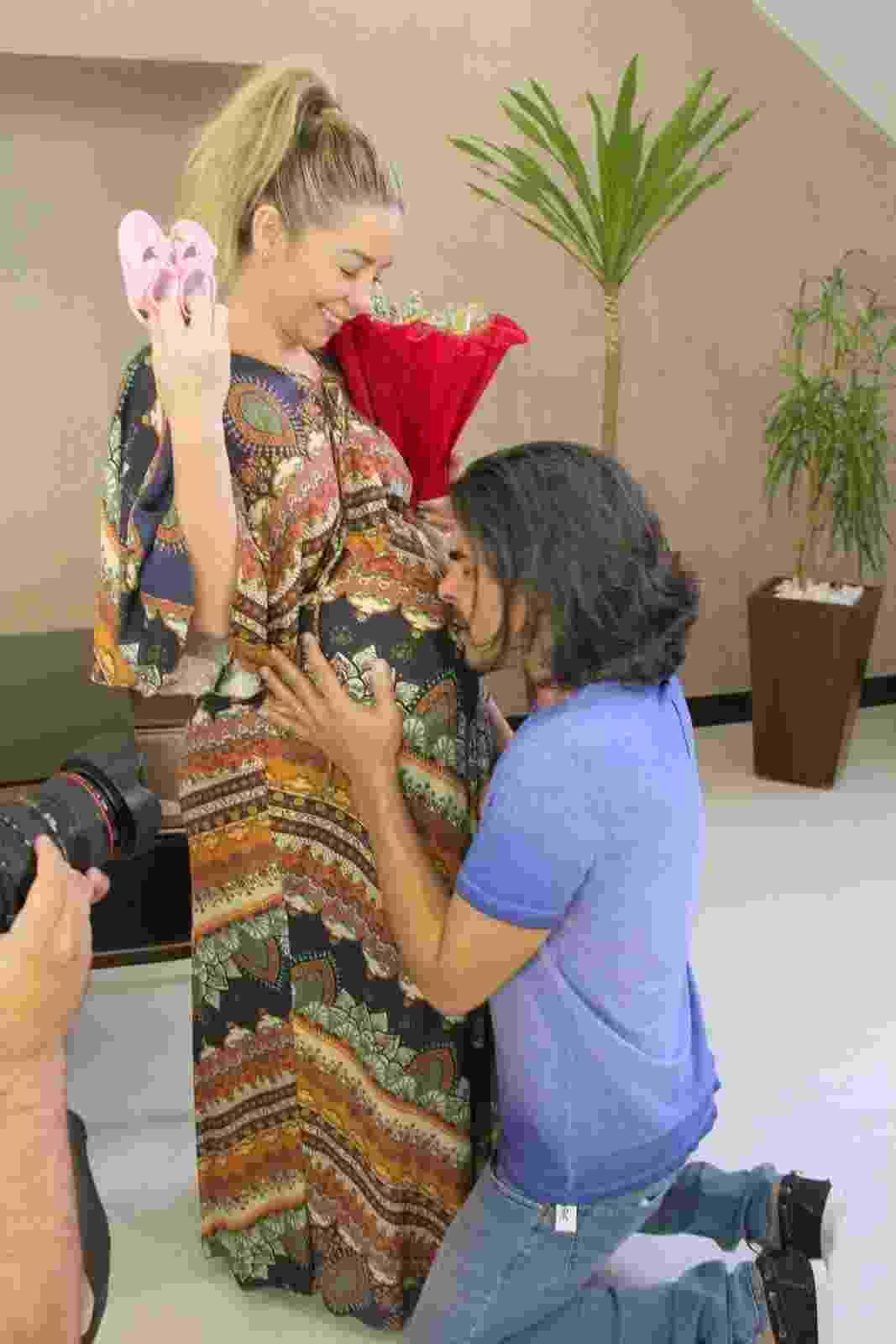 Danielle Winits apareceu grávida ao lado de André Gonçalves em um vídeoclipe. O casal interpretou os pais de uma menina que desaparece na adolescência e só volta na fase adulta. - Cleomir Tavares/Divulgação