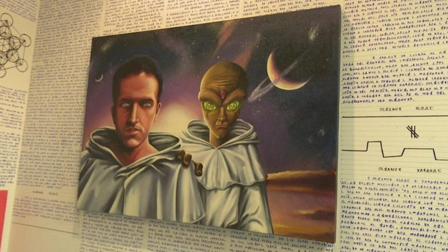 Reprodução do quadro encontrado no quarto de Bruno, no Acre, com um alien ao seu lado - Reprodução/TV Globo