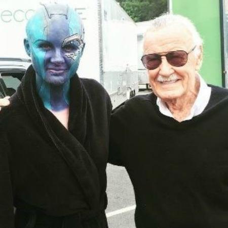 """Em foto de 2017, Karen Gillan e Stan Lee nas gravações de """"Guardiões da Galáxia Vol. 2"""" - Reprodução/Instagram"""