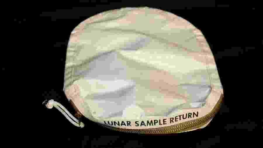 Bolsa usada por Neil Armstrong durante primeira visita à lua - Divulgação