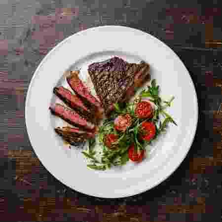 Pedaço de carne com manteiga e salada é o prato ideal da dieta cetogênica - iStock