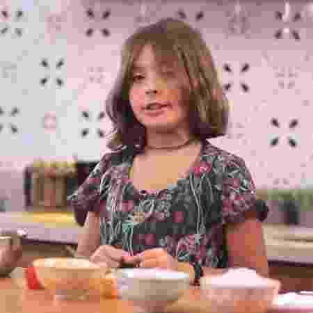 Flor, filha de Bela Gil, ensina receitas no canal da mãe no YouTube - Reprodução