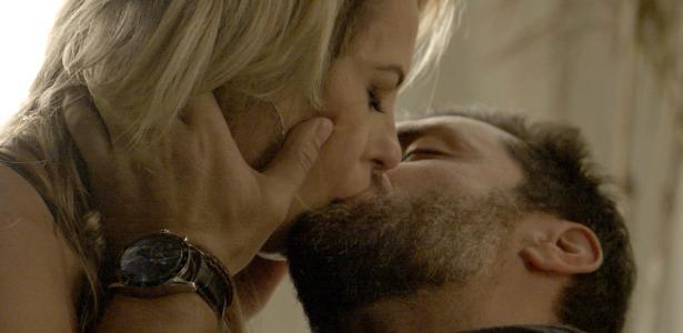 Jeiza e Caio se beijam e Bibi vê a cena do casal apaixonado pela televisão