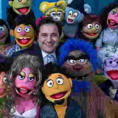 """Warley Santana com os bonecos do programa """"Tá Certo?"""", da Cultura - Reprodução/Instagram - Reprodução/Instagram"""