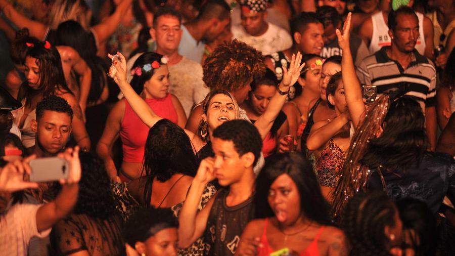 Foliões se divertem na rua Guaicurus, centro de BH, antes da confusão no local - Alexandre Guzanshe/Belotur/Divulgação