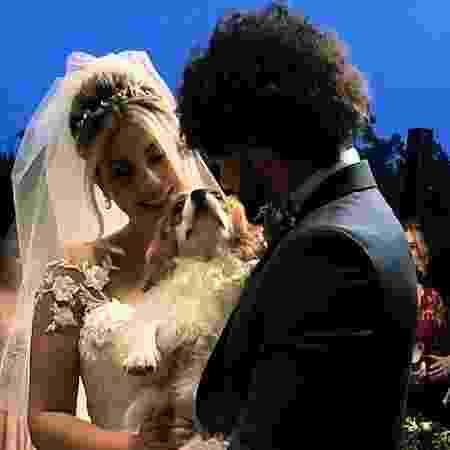Zara, a cadelinha de Niina, foi quem levou as alianças para os noivos - Reprodução/ Instagram
