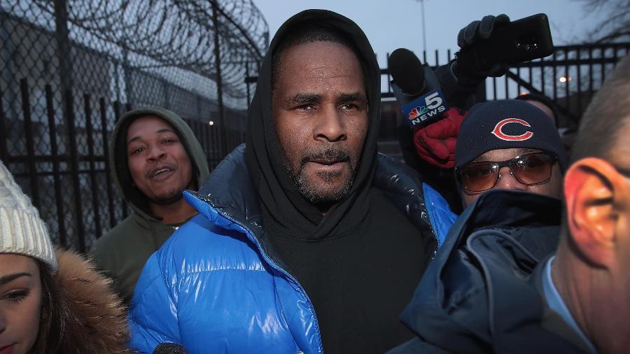 R. Kelly deixa a prisão após depositar 10% de sua fiança fixada em US$ 1 milhão por dez acusações de abuso sexual - Scott Olson/Getty Images
