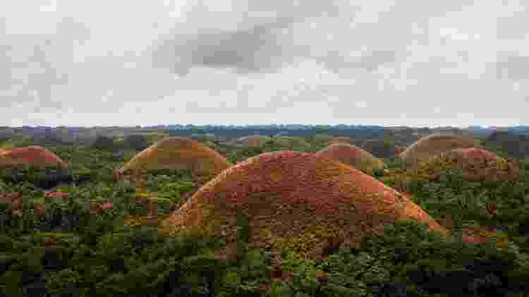 Nas épocas secas do ano, as Colinas de Chocolate ficam da cor marrom - DKart/Getty Images/iStockphoto