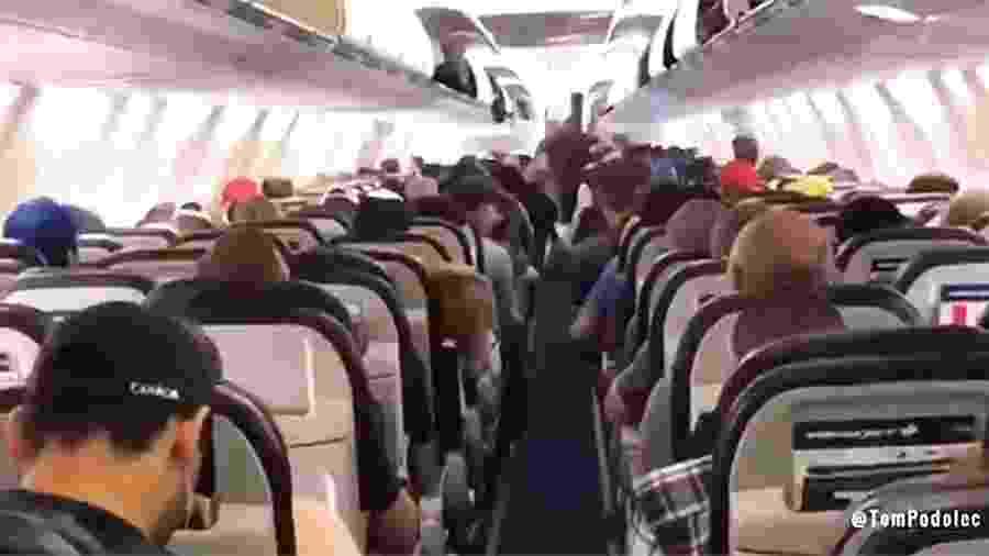 Vídeo gravado por comissária de bordo em voo da WestJet e divulgado no Twitter - Reprodução