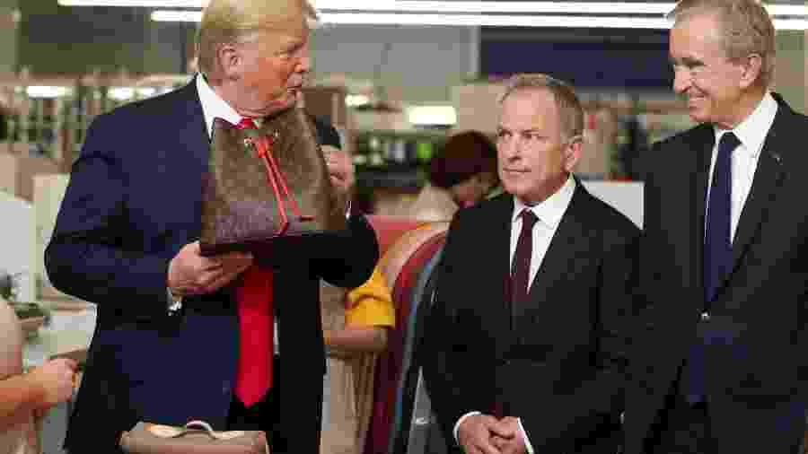 Presidente dos Estados Unidos, Donald Trump inaugura fábica da Louis Vuitton em Keen, Texas, ao lado do CEO Michael Burke e o presidente da empresa LVMH, Bernard Arnault - Joanathan Ernst/Reuters