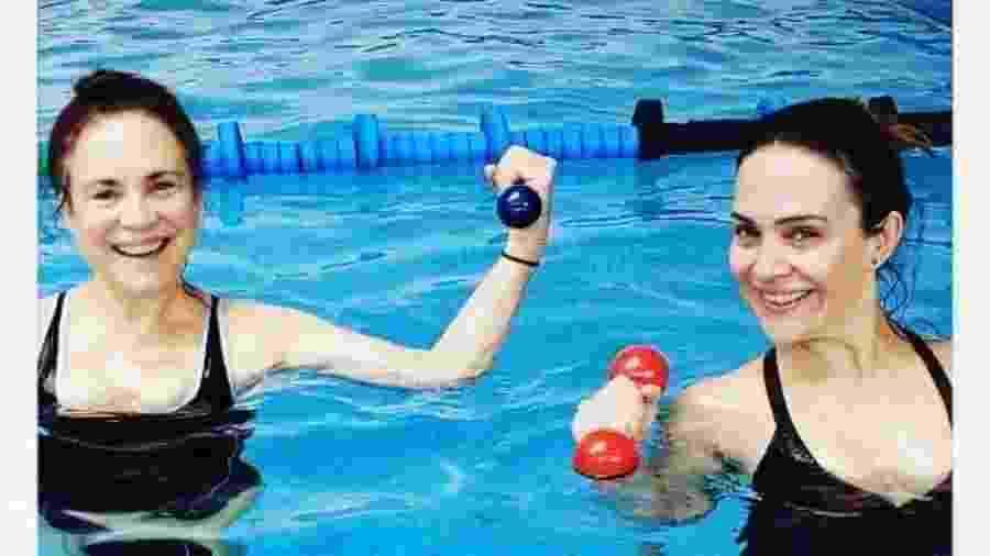 Regina e Gabriela Duarte posaram realizando exercícios na piscina - Reprodução/Instagram