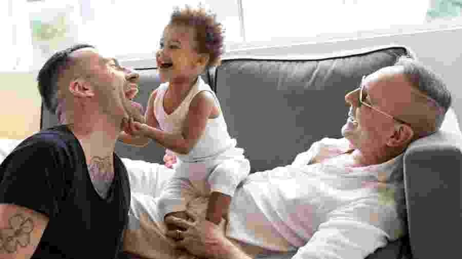 O pequeno Vinícius entre os pais, Benjamin e Louis - Arquivo Pessoal