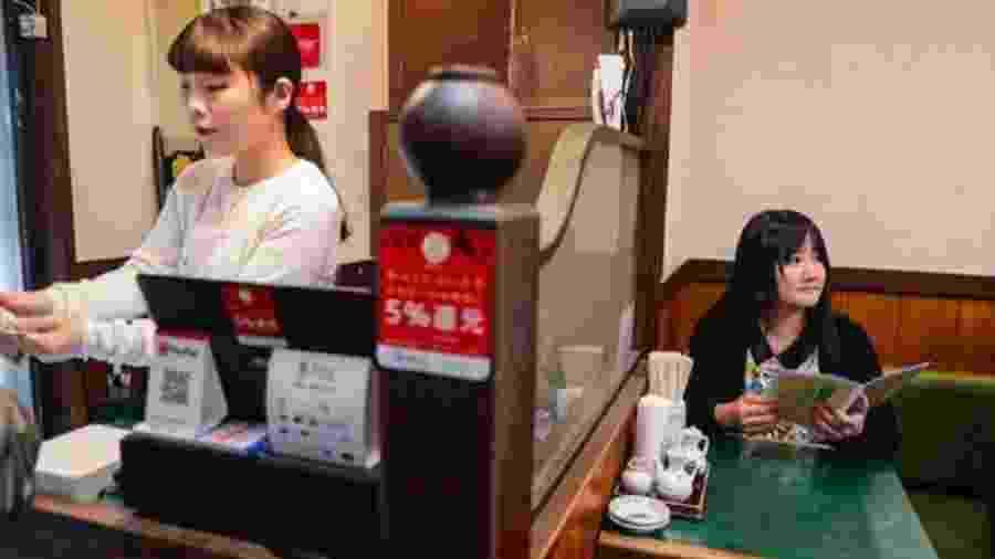 Cada vez mais os japoneses estão se sentindo à vontade para sair ? e serem vistos ? sozinhos - SHIHO FUKADA E KEITH BEDFORD