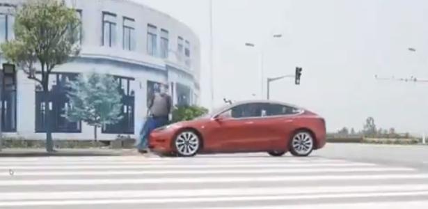Veja o vídeo | Tesla não vê 'pedestre' e atropela boneco em demonstração na China