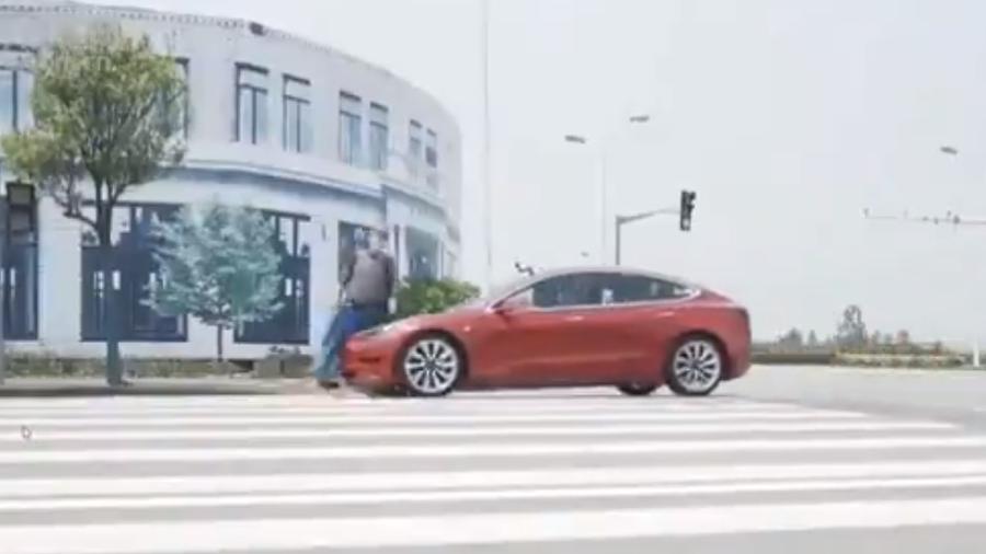Tesla Model 3 bate em manequim - Divulgação