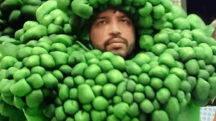 BBB 21: Projota veste fantasia de brócolis - Reprodução/Globoplay - Reprodução/Globoplay