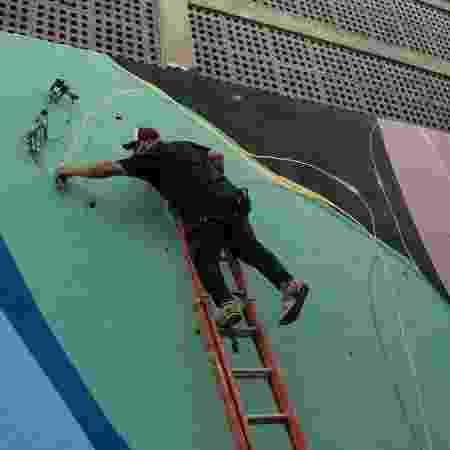 Célio pintando parede no Jacarezinho - Divulgação - Divulgação
