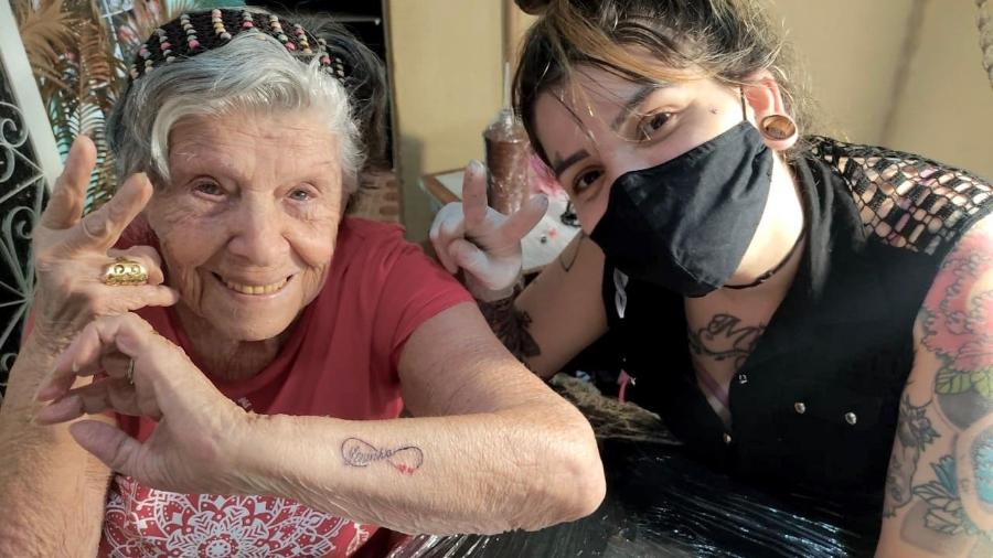 Dona Lenimar homenageou filha que morreu de covid fazendo uma tatuagem - Reprodução/ Arquivo Pessoal/ Iuli Callado Joia
