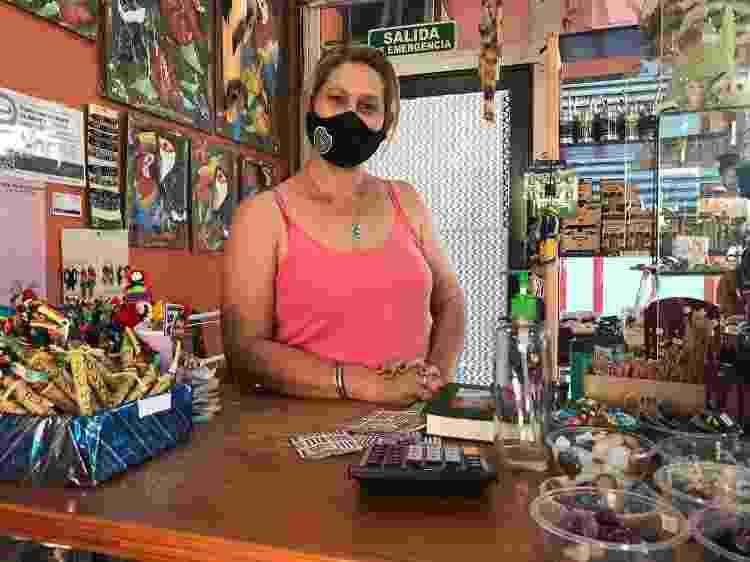 Graciela foi demitida durante a pandemia e, hoje, trabalha em uma loja de suvenires - Luciana Taddeo/UOL - Luciana Taddeo/UOL