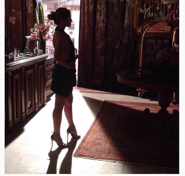 22.ago.2015- Giovanna Antonelli não teve folga neste sábado (22). Ela passou a tarde gravando cenas de sua Atena, uma estelionatária sem escrúpulos, que faz o que for preciso para se dar bem em
