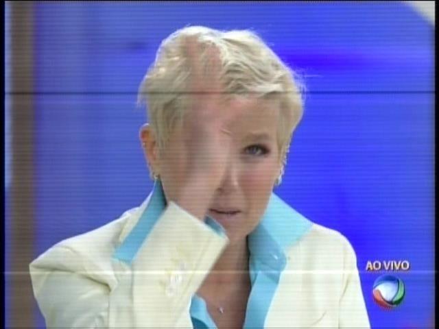 Bem-humorada, Xuxa brincou dizendo que acorda igual uma calopsita