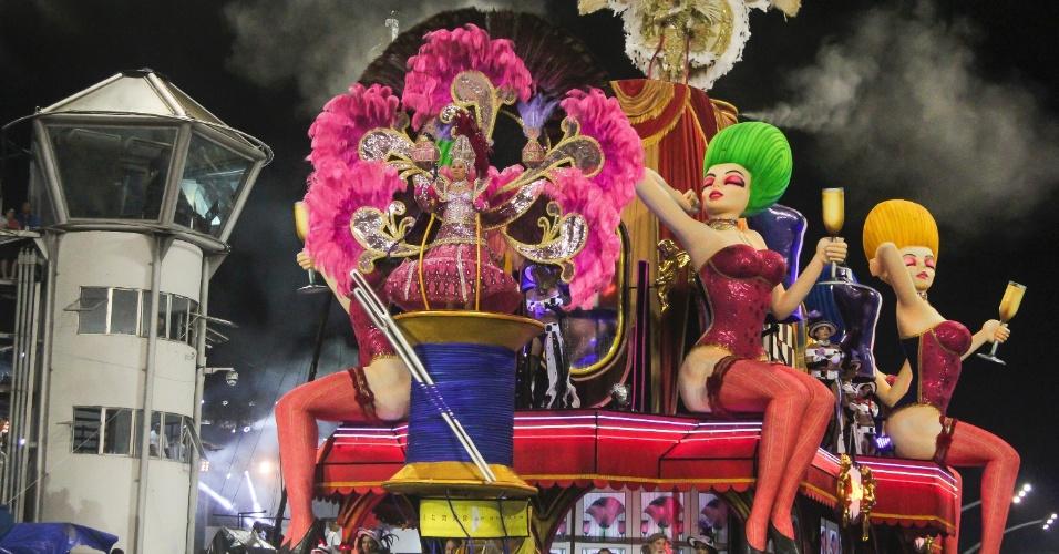 7.fev.2016 - Carro alegórico homenageia a moda e a gastronomia da França. A atual campeã do Carnaval paulista homenageou o país em seu enredo