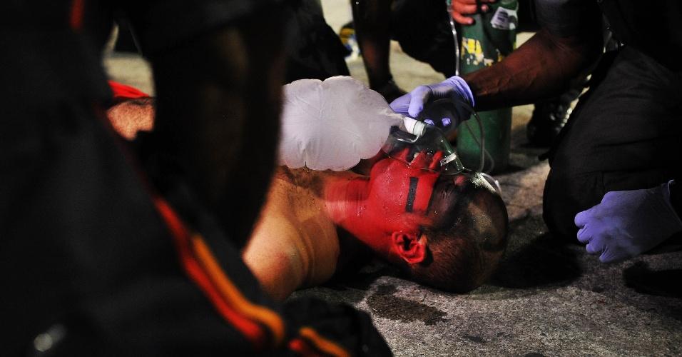 7.fev.2016 - Integrante da comissão de frente da X-9 Paulistana passa mal e desmaia. Ele foi levado de ambulância para a Santa Casa
