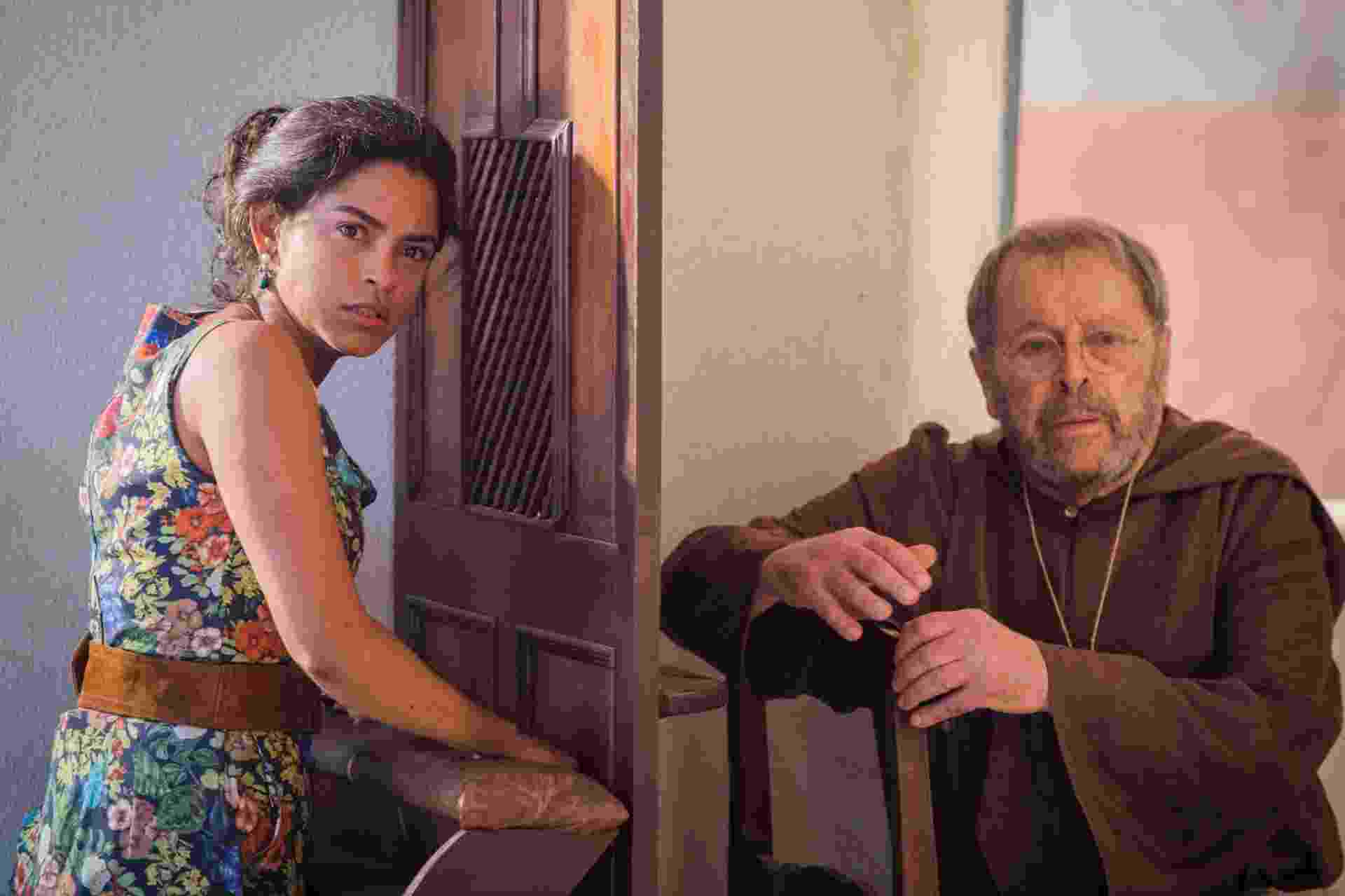 """Carlos Vereza estreia em """"Velho Chico"""" como Padre Benício. Em sua primeira cena, prevista para ir ao ar na próxima quinta (5), ele vai apresentar Luzia (Lucy Alves) a Tereza (Camila Pitanga) - Caiuá Franco/TV Globo"""