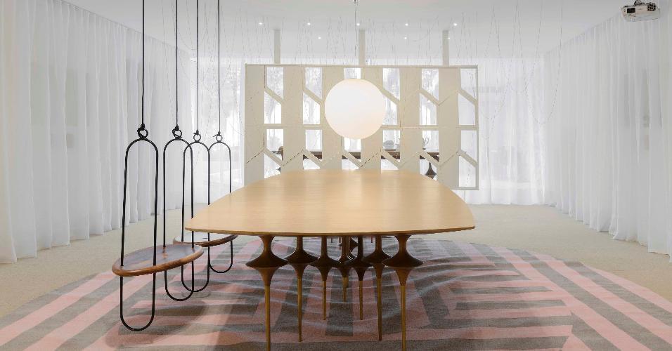 """Casa Cor Brasília 2016 - Sensibilidade e leveza são os motes da Galeria Leo, de Leo Romano. Inspirado no balé """"O Lago dos Cisnes"""", o espaço com decoração em dourado, rosa e branco tem mesa e cadeiras-balanço da linha Bailarina, com formas inspiradas nas dançarinas, que fogem ao comum. A luminária Interpam, em formato de bola, e as longas cortinas completam o cenário de sonhos"""