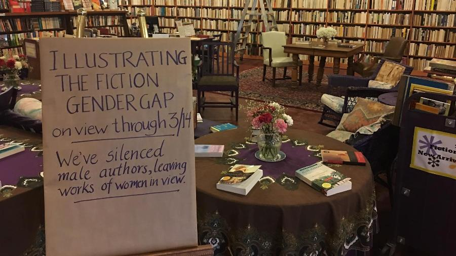 """""""Ilustrando a diferença de gênero na ficção. Silenciamos os autores homens, deixando somente as obras de mulheres expostas"""" - Reprodução/Facebook"""