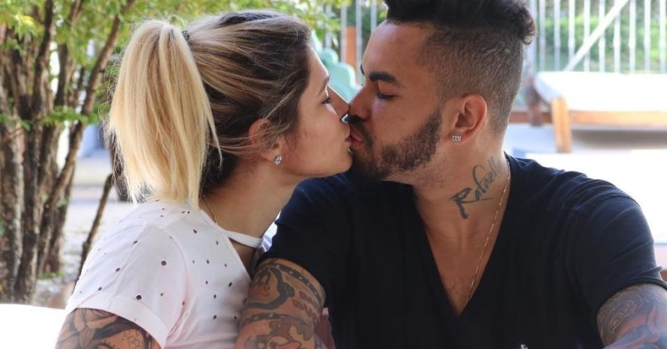 Casado com Dani Souza, Dentinho tatuou o nome das gêmeas no pescoço - Sophia e Rafaella
