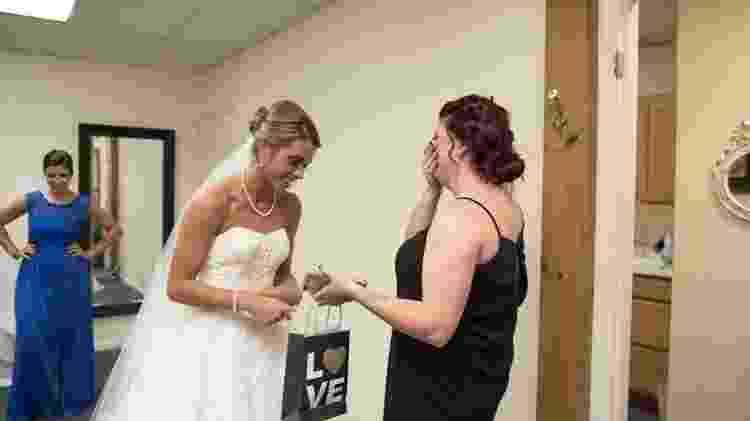 A noiva Katie e a ex do noivo, Casey, no grande dia - Reprodução/Facebook - Reprodução/Facebook