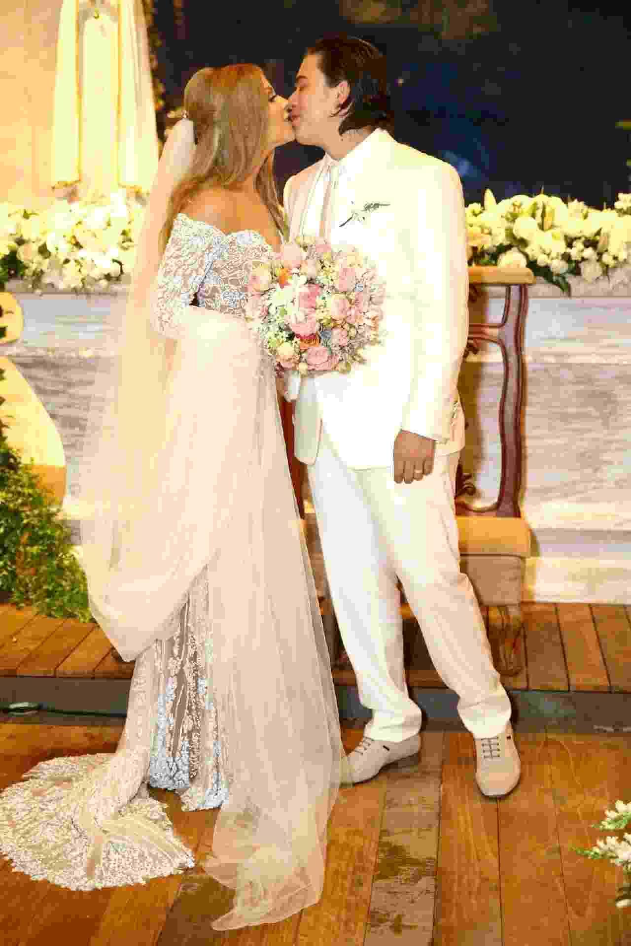 Whindersson Nunes e Luísa Sonza se beijam após casamento em São Miguel dos Milagres, litoral de Alagoas - Manuela Scarpa/Brazil News