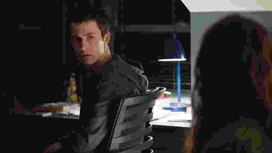 """Clay (Dylan Minette) fala com Hannah (Katherine Langford) em cena da segunda temporada de """"13 Reasons Why"""" - Divulgação/Netflix"""
