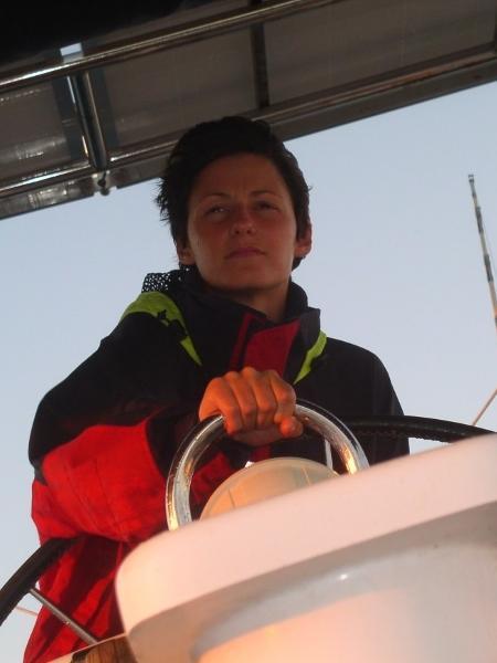 Elena em seu veleiro, no Pacífico - Reprodução/Prospekt Magazine